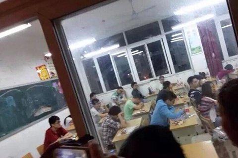 安徽芜湖高考英语听力事件-考生滞留考场抗议.jpg